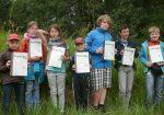 Nach bestandener Abschlussprüfung wurden die Jungen Auwald-Ranger mit einer Urkunde ausgezeichnet.