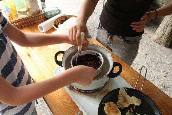 Brennnesselblätter wurden in Eierkuchenteig ausgebacken und Gundermannblätter in Schokolade getaucht.