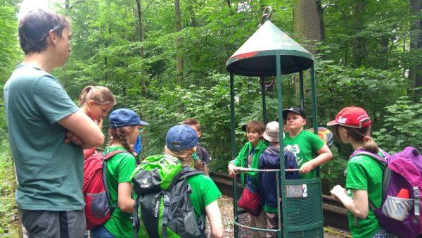 Rolf Engelmann (ENEDAS e.V.) erläutert die Forschungsarbeit am Leipziger Auwaldkran und an der Mittelwaldfläche im Naturschutzgebiet Burgaue.